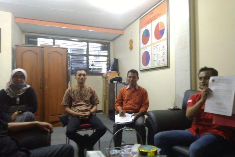 Kader DPC PDIP Jember saat melaporkan penyelenggara yang diduga mendukung calon perseorangan