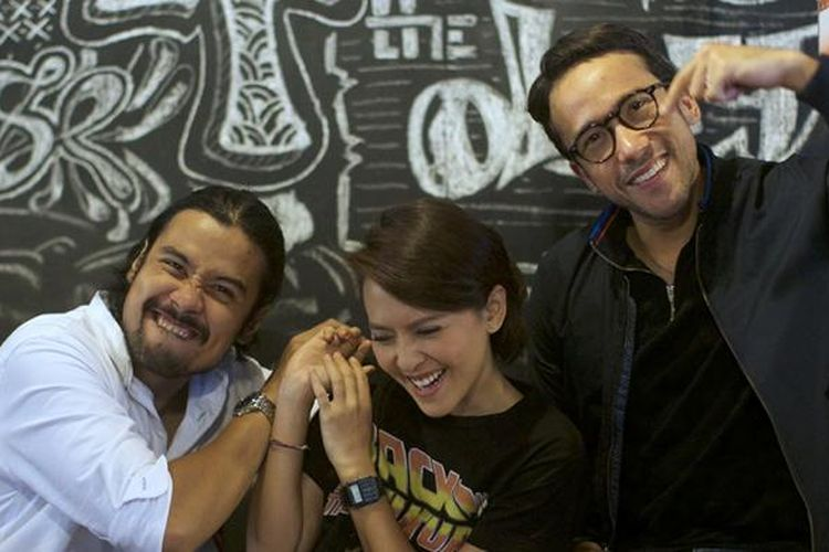 Pemain film Bukaan 8 Chicco Jerikho, Lala Karmela, dan Maruli Tampubolon (kiri ke kanan), berpose usai diwawancara oleh awak media Kompas.com terkait film yang dibintanginya tersebut, di kedai kopi De Kantine, Palmerah, Jakarta, Kamis (9/2/2017). Film bergenre komedi tersebut rencananya akan ditayangkan secara perdana di bioskop seluruh Indonesia pada 23 Februari 2017 mendatang.