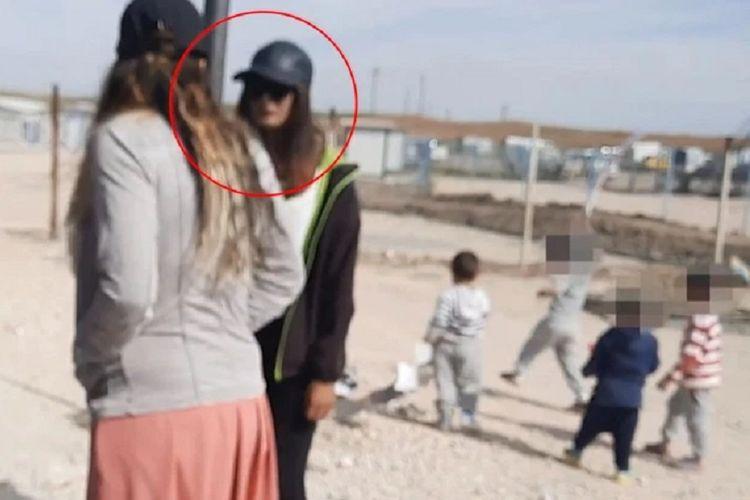 Shamima Begum, seorang perempuan anggota Negara Islam Irak dan Suriah (ISIS) tepergok mengantre di bank yang sering dijadikan tempat pembayaran uang ilegal di kamp al-Roj, Suriah.