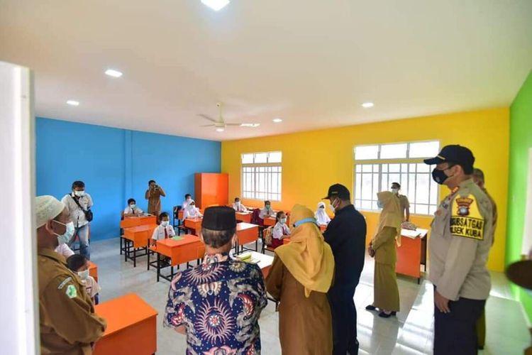 Pemerintah Kabupaten Karimun, Kepulauan Riau (Kepri) kembali membuka sekolah- sekolah di Kecamatan Kundur Barat dan Kundur Utara mulai, Senin (1/2/2021) kemarin. Sebelumnya, sekolah- sekolah di dua kecamatan itu ditutup sementara, pasca ditemukannya kasus konfirmasi positif Covid-19 di wilayah tersebut.