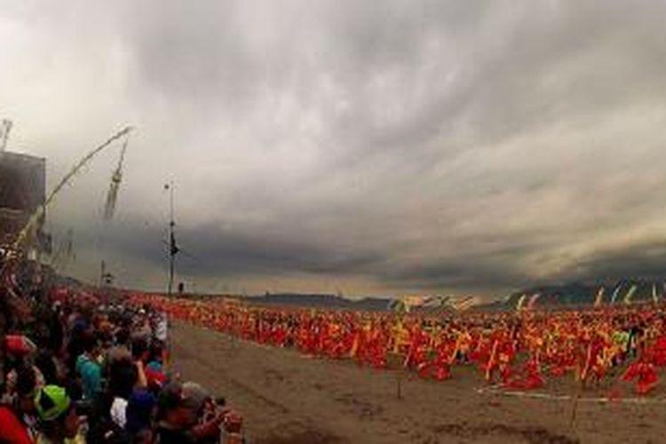 2.106 penari paju Gandrung menari bersama-sama di Pantai Boom Banyuwangi Sabtu (23/11/2013)