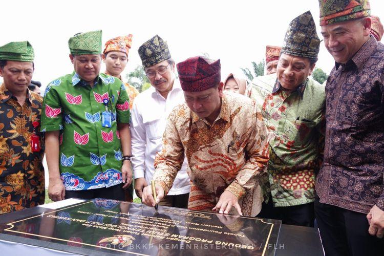 Menristekdikti Mohamad Nasir meresmikan gedung kuliah Program Vokasi Studi Pulp dan Kertas di Fakultas Teknik Universitas Riau, Pekanbaru (29/1/2019).