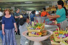 Blusukan di Pasar Badung, Wisatawan Jerman Mengaku Terpesona