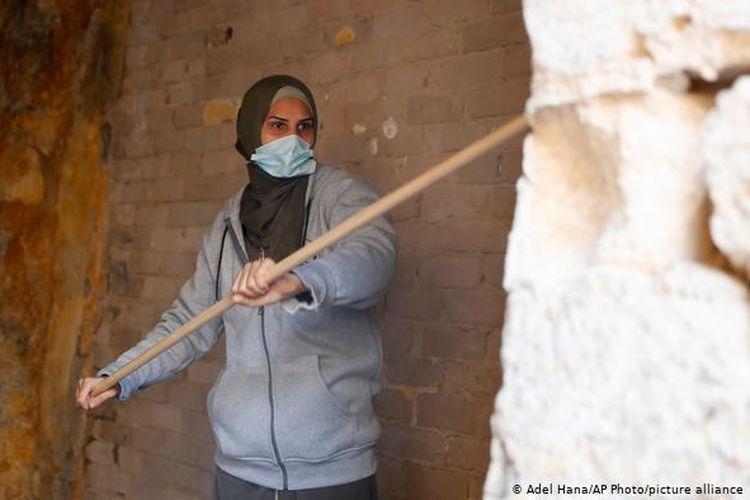 Seorang seniman dan relawan wanita membersihkan ruangan kelas di sekolah al-Kamalaia yang berusia 200 tahun. Bangunan yang berlokasi di kawasan kota tua Gaza ini sudah lama terbengkalai.