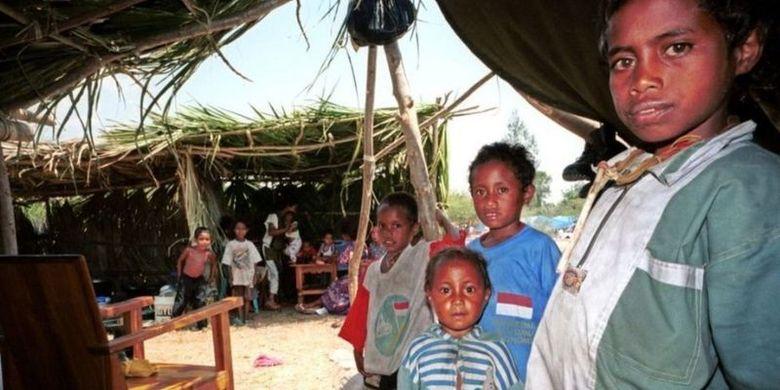 Anak-anak pengungsi Timor Timur berpose di dalam tenda mereka di kamp pengungsi Tuapukan di Kupang, NTT, 16 September 1999.