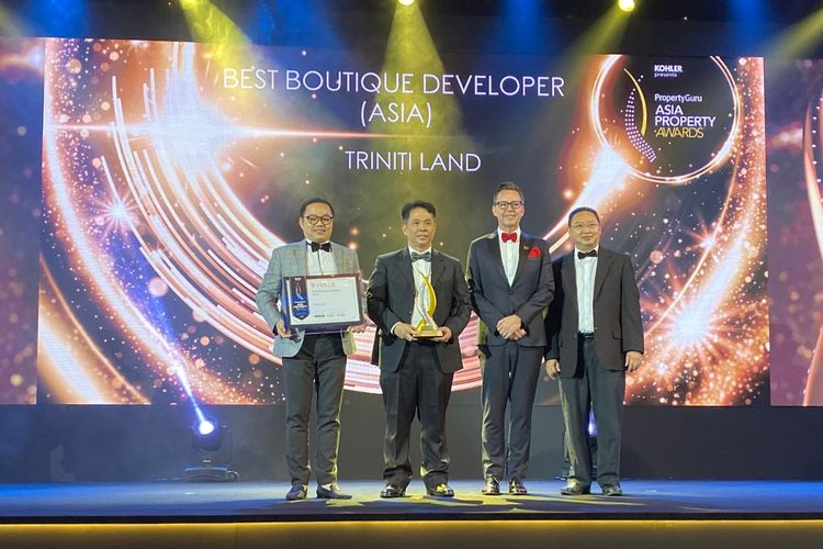 Komisaris Utama Triniti Land Septian Starlin (kiri), President & CEO Triniti Land Ishak Chandra (kedua dari kiri) dan Direktur Triniti Land Johanes L. Andayaprana (kanan) memenangkan penghargaan sebagai  Asia Best Boutique Developer versi PropertyGuru Asia Property Awards Grand Final 2019 yang diadakan di Bangkok, Thailand, Sabtu (23/11/2019).