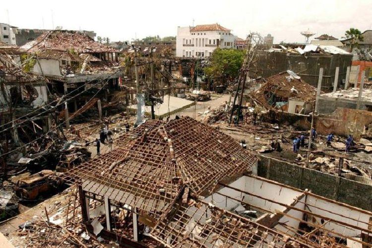 Kerusakan yang terjadi di lokasi ledakan bom di Kuta, Bali, di tahun 2002 (Bom Bali I).