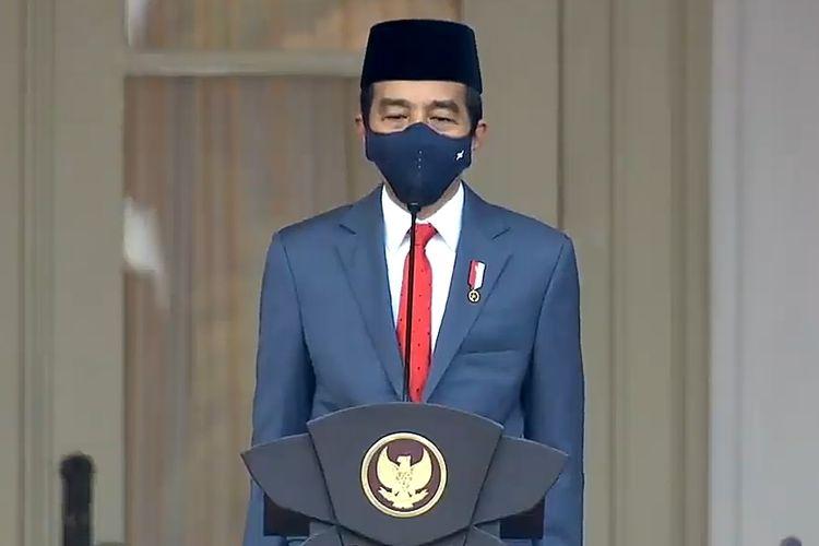 Presiden Joko Widodo  mengikuti  prosesi upacara penurunan bendera merah putih dalam rangka HUT RI ke-75, di Istana Merdeka, Senin (17/8/2020).