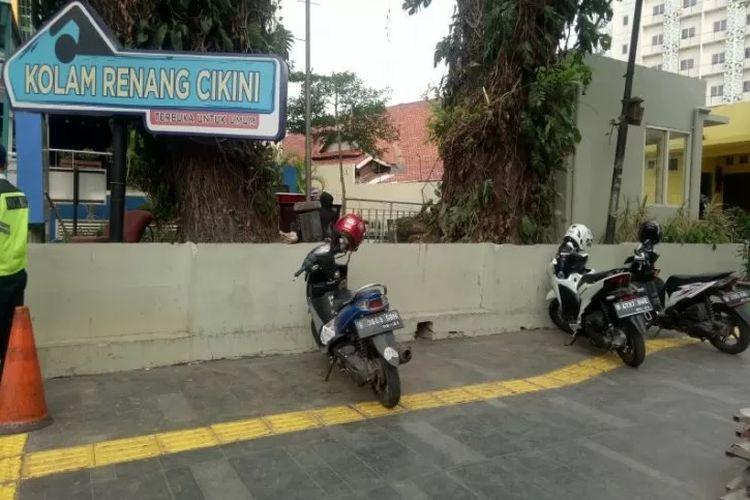 Trotoar di Jalan Cikini Raya, Jakarta Pusat, digunakan sebagai tempat parkir liar kendaraan bermotor, Selasa (29/10/2019).