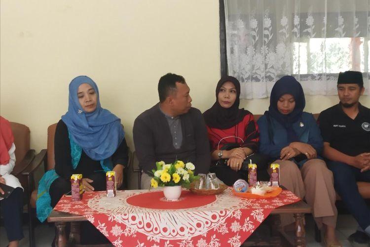 Baiq Nuril saat bertemu rekan-rekan yang mendukungnya untuk mendapatkan keadilan di di Fakultas Hukum, Universitas Mataram Senin (5/8/2019)