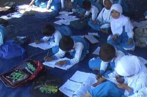 Siswa Korban Gempa Belajar di Tenda Darurat
