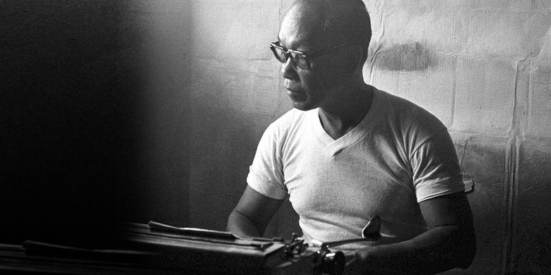 Pramoedya Ananta Toer, sastrawan yang dipenjara di Pulau Buru sekitar tahun 1977, menyelesaikan karya-karyanya dengan sebuah mesin tik tua.