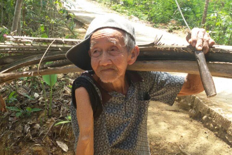 Sonto Wiryo (84 tahun) asal Dusun Crangah, Desa Hargotirto, Kecamatan Kokap, Kabupaten Kulon Progo, Daerah Istimewa Yogyakarta. Mbah Sonto, begitu warga memanggilnya, tegar di kehidupannya sekarang ini.