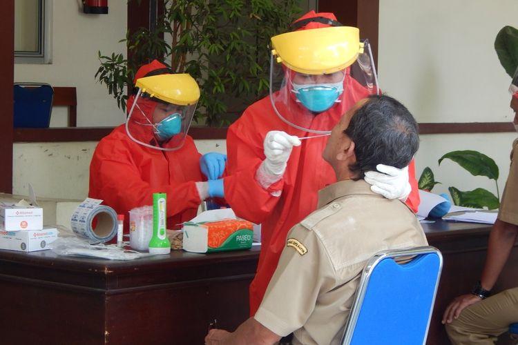 Tes swab terhadap pegawai di Dinas Lingkungan Hidup (DLH) dan Dinas Perumahan dan Permukiman (Dinperkim) Kabupaten Banyumas, Jawa Tengah, yang berada di satu kompleks, Senin (21/9/2020).