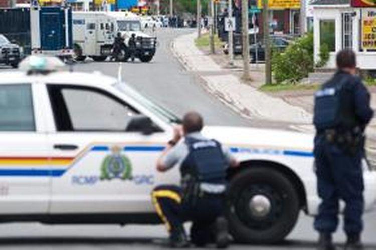 Polisi Kanada menutup ruas-ruas jalan di kota Moncton, New Brunswick, Jumat (6/6/2014), demi menangkao seorang tersangka penembakan polisi.