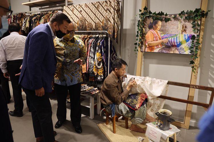 Duta Besar Indonesia untuk Singapura Suryo Pratomo mendampingi dan menjelaskan kepada tamu penenunan batik Jawa Tengah, di acara pameran produk-produk UMKM Jateng yang diberi nama ?Gayeng Expo? dan digelar di Suntec City, Singapura, pada 16 April hingga 23 Mei 2021.