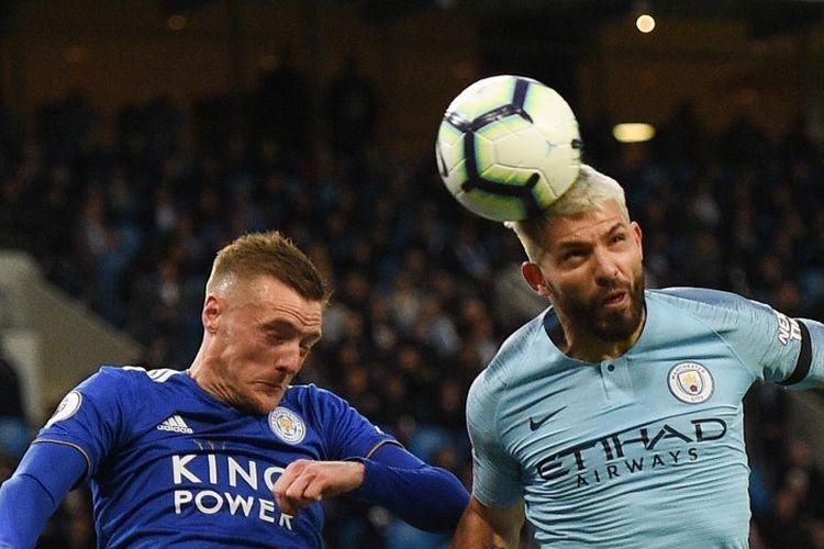 Jamie Vardy dan Sergio Aguero memperebutkan bola pada pertandingan Manchester City vs Leicester City dalam lanjutan Liga Inggris di Stadion Etihad, 6 Mei 2019.