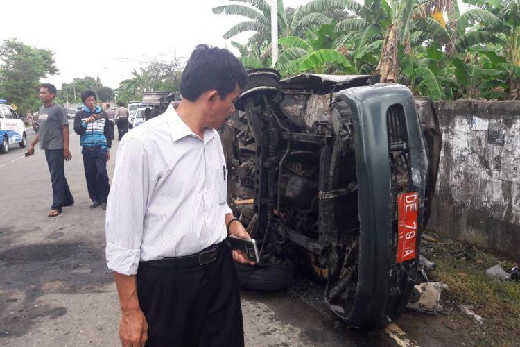 Mobil dinas milik Badan Pemeriksa Keuangan dan Pembangunan (BPKP) Provinsi Maluku mengalami kecelakaan di Jalan dr Leimena, tepatnya di Dusun Riangm Desa Tawiri, Kecamatan Teluk Ambon, Rabu (6/3/2018). Kecelakaan ini menyebabkan 3 orang meninggal dunia dan 4 lainnya terluka