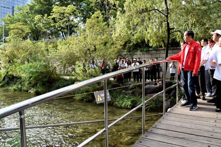 Presiden Joko Widodo saat menyusuri Sungai Cheonggyecheon, Seoul, Korea Selatan, Selasa (11/9/2018). (Dok: Biro Pers, Media dan Informasi Sekretariat Presiden)