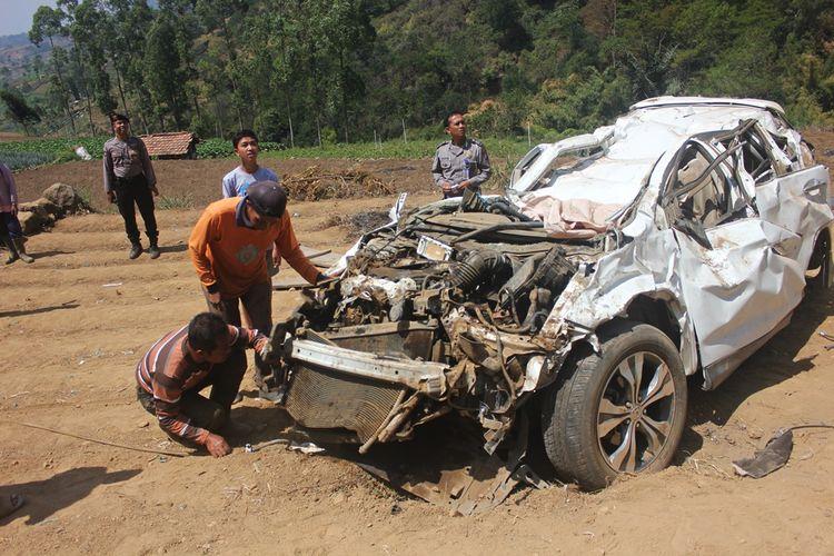 Mobil honda CRV   yang mengalami kecelakaan terjun ke jurang sedalam 100 meter di Kecamatan Plaosan Kabupaten Magetan Jawa Timur dilaporkan terguling sampai 4 kali sebelum ringsek di salah satu kebun sayur milik warga.