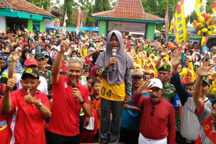 Gubernur Jateng Ganjar Pranowo mengajak seluruh warga Jateng mendukung perhelatan Asian Games 2018. Hal itu disampaikan Ganjar dalam setiap event, termasuk acara jalan sehat dan donor darah di Pucakwangi Kabupaten Pati, Rabu (22/11/2017).