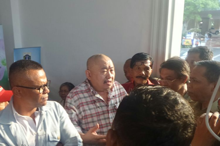 Koordinator Komunitas Tionghoa Antikorupsi (Komtak) Lieus Sungkharisma di Balai Kota DKI Jakarta, Senin (8/5/2017).