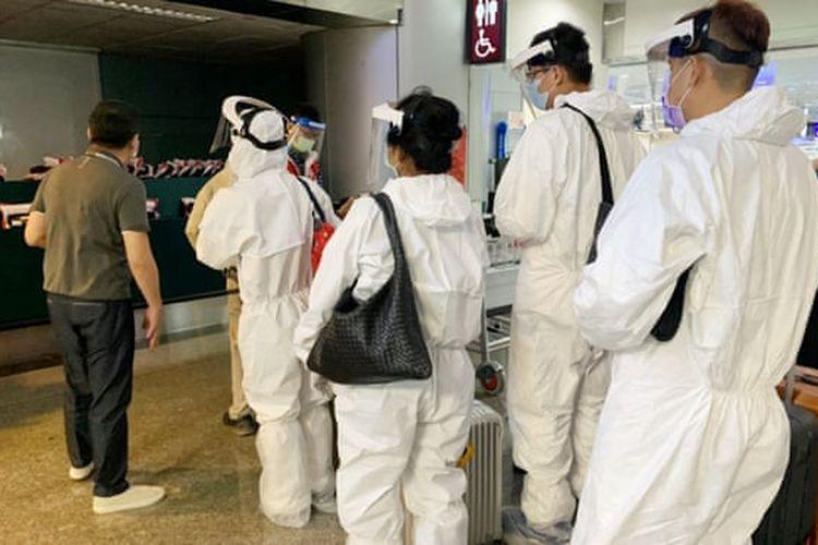 Wisatawan bersiap terbang dari Taipei ke Guam dengan paket liburan dan vaksinasi Covid-19, yang dirancang untuk menghidupkan kembali industri pariwisata Guam. [Dok. Lion Travel Via The Guardian]