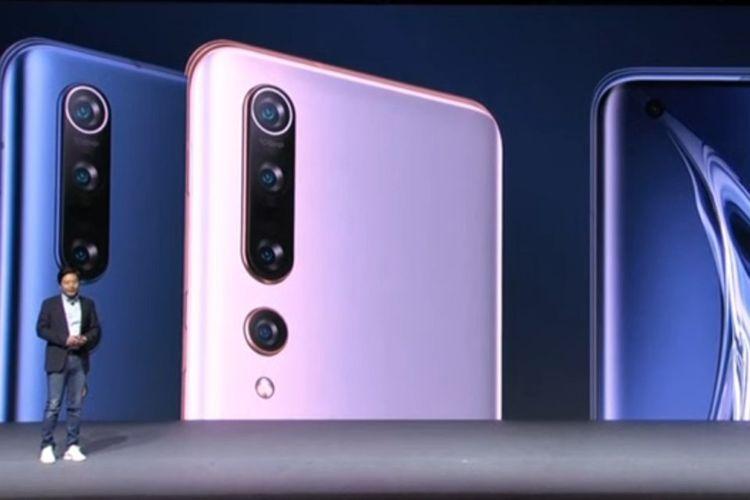 CEO Xiaomi Lei Jun memperkenalkan smartphone terbaru Mi 10 dan Mi 10 Pro di Beijing, China pada Kamis (13/2/2020).