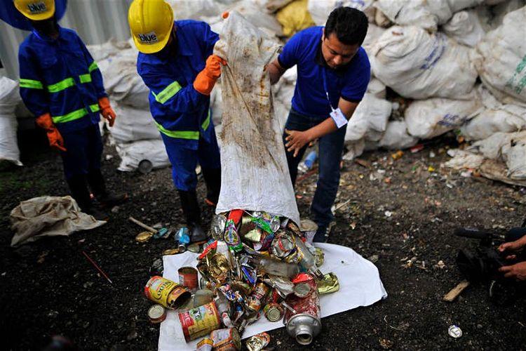 Sampah yang diangkut dari Gunung Everest.