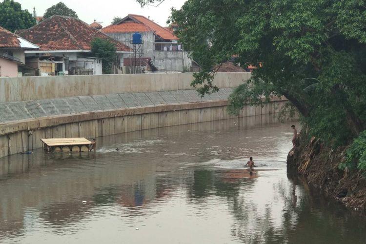 Sungai Ciliwung di Bukit Duri, Jakarta Selatan setelah mulai dinormalisasi sejak Juli 2017 lalu.