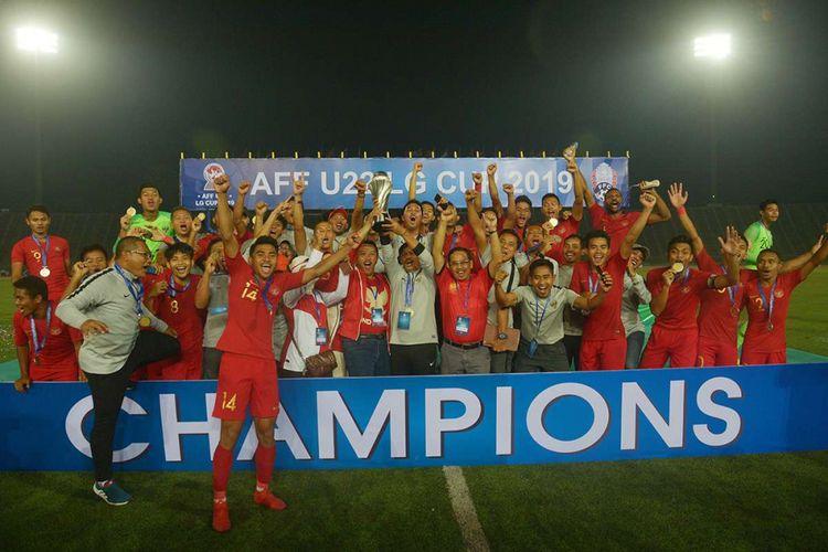 Pelatih Timnas U-22 Indra Sjafri (kedelapan kiri) bersama Menteri Pemuda dan Olah Raga Imam Nahrawi (ketujuh kiri) memegang piala beserta pemain dan Ofisial Timnas Indonesia seusai penganugerahan Piala AFF U-22 2019 di Stadion Nasional Olimpiade Phnom Penh, Kamboja, Selasa (26/2/2019). Indonesia menjadi juara setelah mengalahkan Thaliand dengan skor 2-1.
