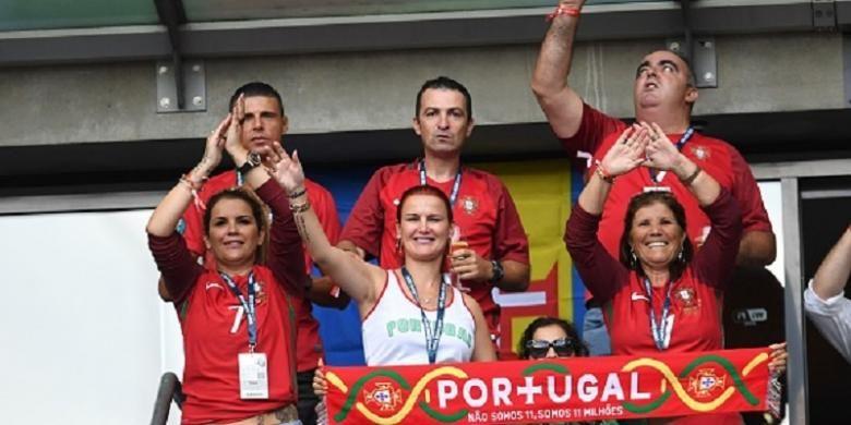Keluarga Cristiano Ronaldo, termasuk sang ibu Maria Dolores, hadir memberi dukungan kepada Portugal di Stade de France, Minggu (10/6/2016).