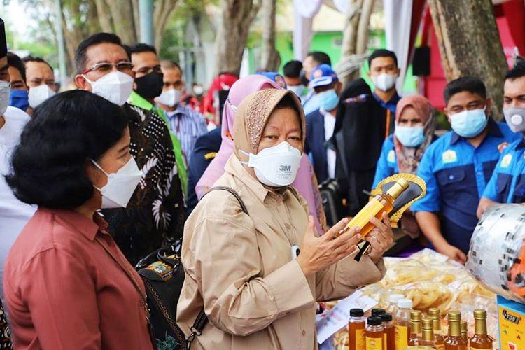 Menteri Sosial (Mensos) Tri Rismaharini saat mempromosikan madu hutan liar produksi Karang Taruna Kecamatan Kuala Aceh di Loka Darussa?adah, Aceh.