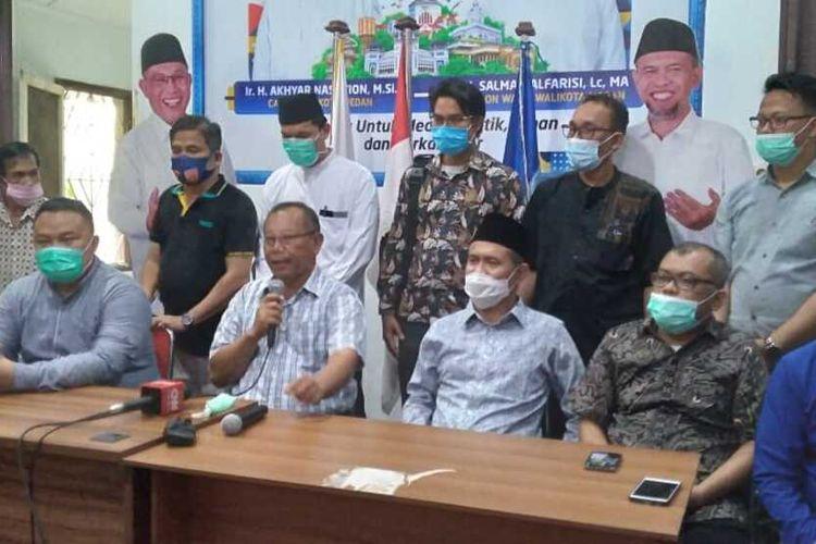 Pasangan Calon Wali Kota dan Wakil Wali Kota Medan nomor urut 01, Akhyar Nasution dan Salman Alfarisi dalam pemilihan kepala daerah pada Rabu (9/12/2020) memperoleh suara sebanyak 48 persen. Akhyar menyatakan ada banyak invisible hand yang bermain dan sangat berpengaruh dalam pilkada Medan.
