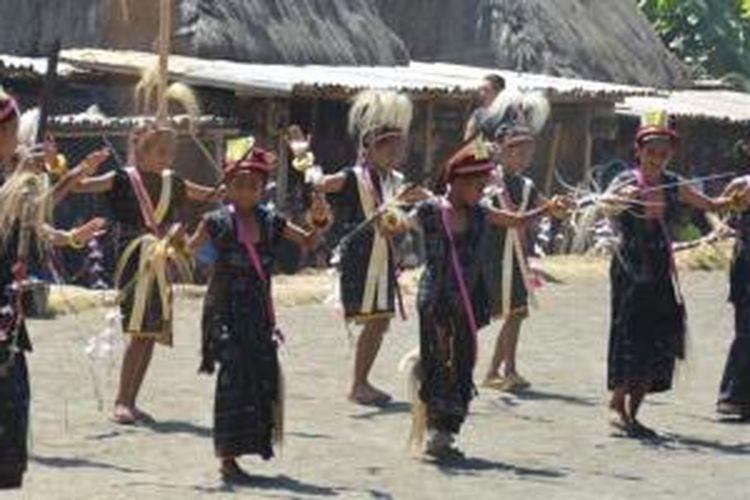 Tarian Jai khas Kabupaten Ngada, Pulau Flores, Nusa Tenggara Timur.