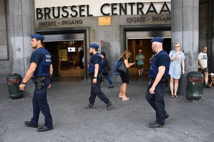 Polisi berjaga di stasiun kereta api Brussels Centraal, Belgia setelah upaya bom bunuh diri berhasil digagalkan aparat keamanan.
