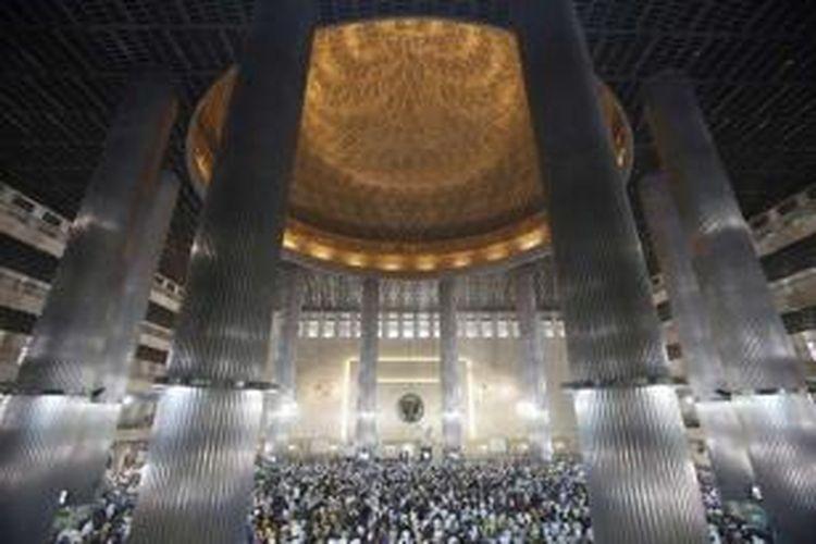 Warga melangsungkan shalat Jumat pertama di bulan Ramadhan di Masjid Istiqlal, Jakarta, 19 Juni 2015.