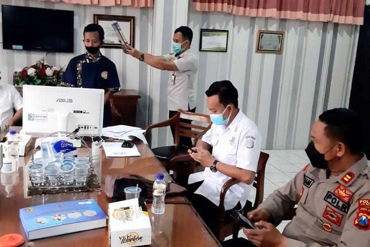 dr Agus Burhan Syah, mantan direktur RS Jember Klinik saat menjalani sidang  pelanggaran Prokes Pencegahan Penyebaran Covid-19 di kantor Satpol PP Jember