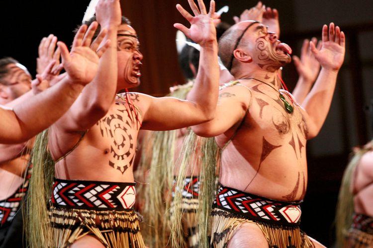 Tarian haka, yang merupakan tarian perang suku Maori, Selandia Baru, bertujuan menggetarkan nyali lawan.