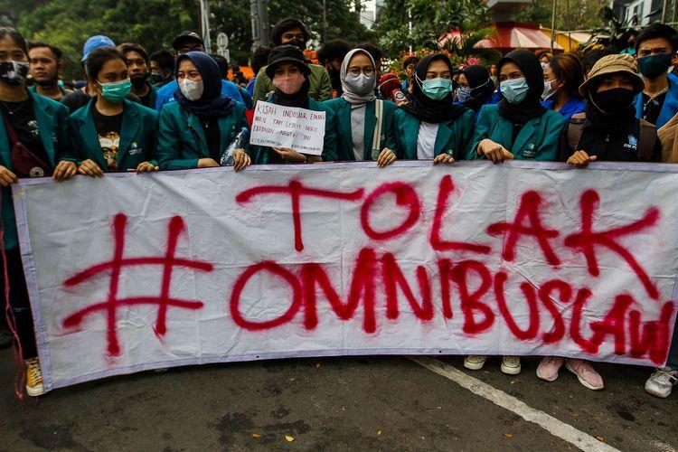 Mahasiswa yang tergabung dalam BEM Seluruh Indonesia (SI) melakukan aksi unjuk rasa di kawasan Patung Kuda Jakarta Pusat, Jumat (16/10/2020). Mereka menolak pengesahan omnibus law  Undang-undang Cipta Kerja.