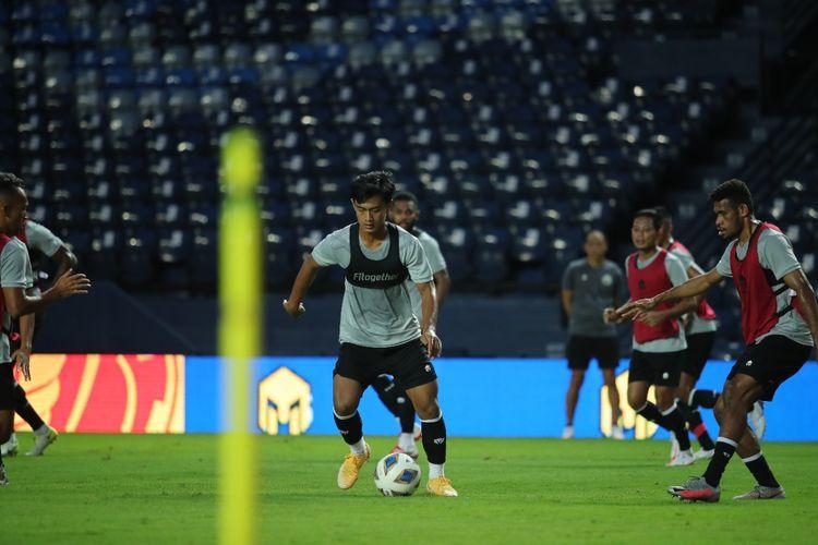 Bek timnas Indonesia Pratama Arhan beraksi pada sesi latihan jelang laga playoff Kualifikasi Piala Asia 2023 di Buriram, Thailand, pada 7 dan 11 Oktober 2021.
