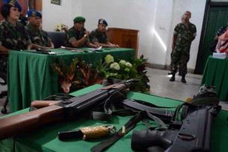Petugas menggelar dua replika senjata api AK-47, satu replika pistol Sig Suer dan tiga pucuk AK-47 sebagai barang bukti dalam penyerangan LP Cebongan Sleman yang digelar di Detasemen Polisi Militer Denpom IV/5 Semarang, Jawa Tengah, Selasa (21/5/2013). Hingga saat ini 12 anggota Kopassus telah ditetapkan sebagai tersangka serta 60 orang diperiksa sebagai saksi.