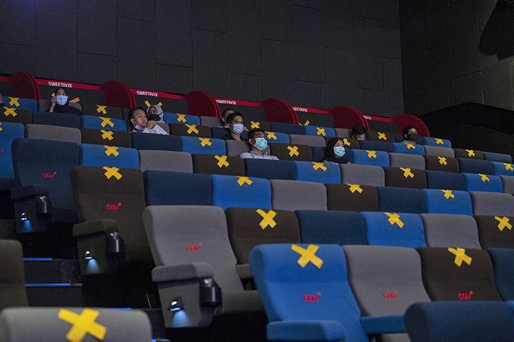 Pengunjung menyaksikan film yang diputar di salah satu bioskop di Palembang, Sumatera Selatan, Rabu (4/11/2020). Pemerintah Kota Palembang kembali mengizinkan bioskop kembali beroperasi dengan menerapkan protokol kesehatan Covid-19.