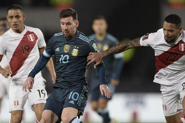 Penyerang Argentina, Lionel Messi, terlibat duel perebutan bola dengan pemain Peru dalam laga Kualifikasi Piala Dunia 2022 Zona Conmebol di Estadio Monumental, 14 Oktober 2021.