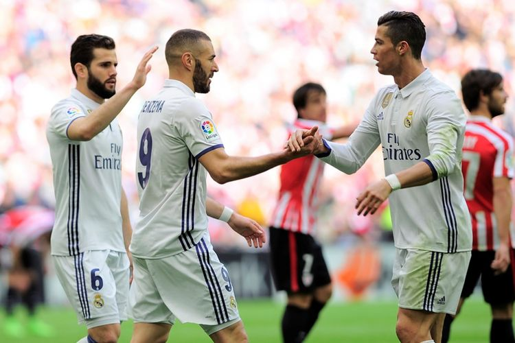 Karim Benzema (tengah) dan Cristiano Ronaldo (kanan) merayakan gol Real Madrid ke gawang Athletic Bilbao pada partai lanjutan La Liga - kasta teratas Liga Spanyol - di Stadion San Mames, Sabtu (18/3/2017).