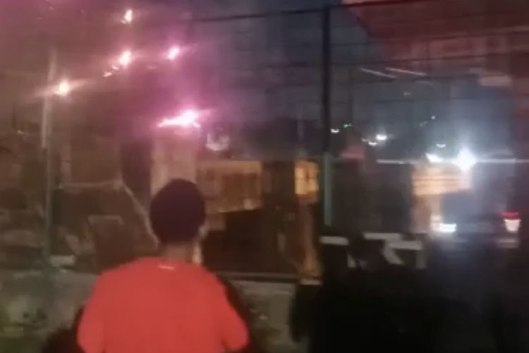 Tawuran antar warga terjadi di jalur kereta Stasiun Manggarai-Tanah Abang tepatnya di atas underpass Jalan Sultan Agung, Manggarai, Tebet, Jakarta Selatan pada Rabu (16/9/2021) sekitar pukul 22.45 WIB.