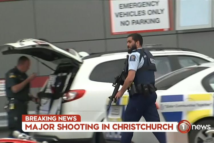Tangkapan layar dari tayangan televisi memperlihatkan polisi bersenjata berada di area sebuah rumah sakit pasca-insiden penembakan di Masjid Al Noor, Kota Christchurch, Selandia Baru, Jumat (15/3/2019). Perdana Menteri Selandia Baru, Jacinda Ardern, dalam keterangannya mengatakan, sedikitnya 40 orang tewas dan 20 lainnya luka parah dalam serangan teror tersebut.