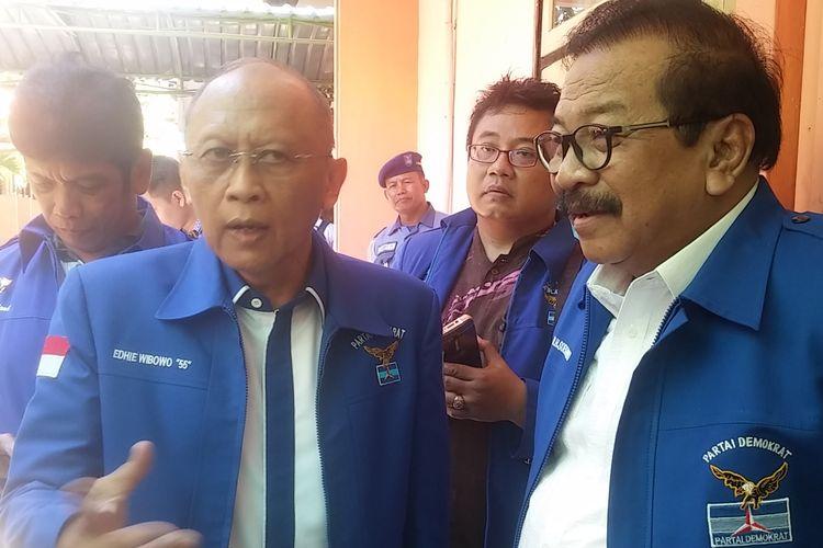 Pramono Edhie Wibowo (kiri) bersama Ketua DPD Partai Demokrat Jatim Soekarwo (kanan).