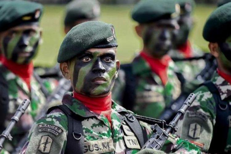 Pasukan TNI Kodam Iskandar Muda saat defile pasukan pada upacara peringatan HUT Ke-69 TNI di Lapangan Blangpadang, Banda Aceh, Selasa (7/10/2014).