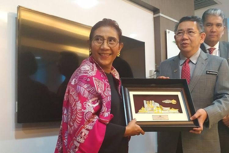 Menteri Kelautan dan Perikanan Susi Pudjiastuti bertemu dengan Menteri Pertanian dan Industri Asas Tani Malaysia Dato Salahuddin Ayub di Kuala Lumpur, Malaysia, Rabu (10/7/2019).